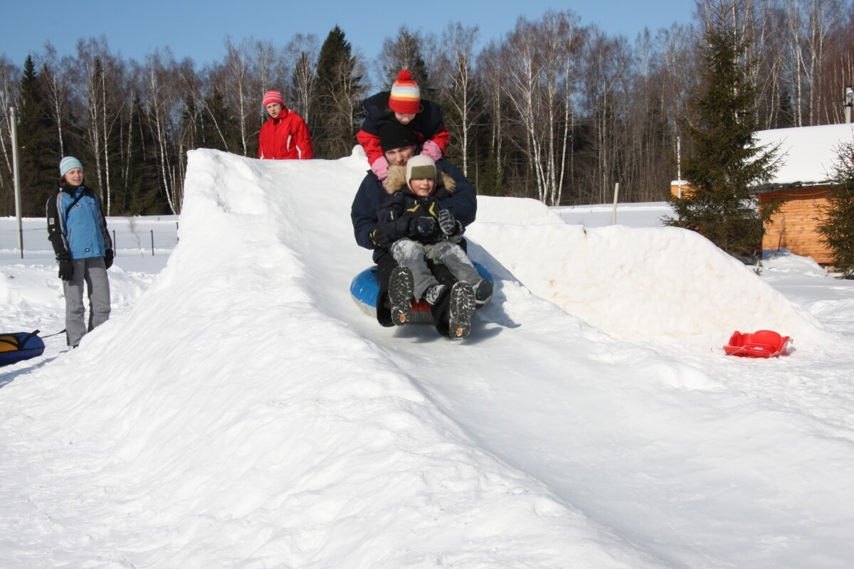 Как сделать зимнюю горку для детей на даче