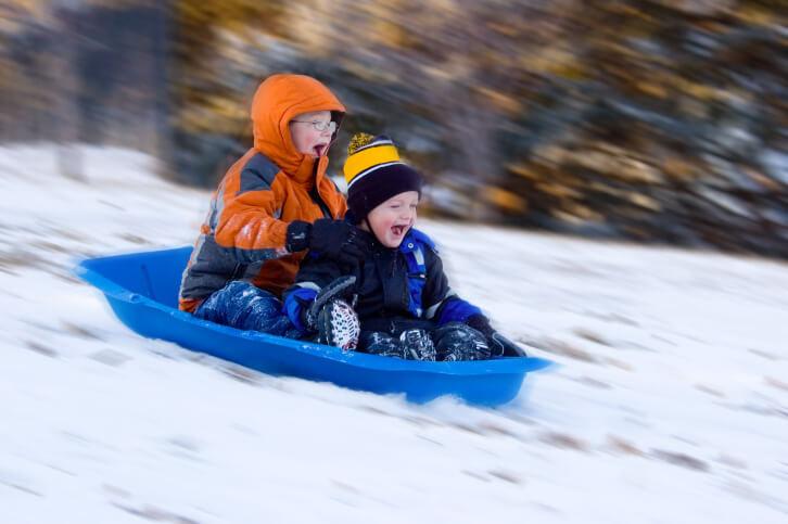 Выбор места для горки из снега для детей