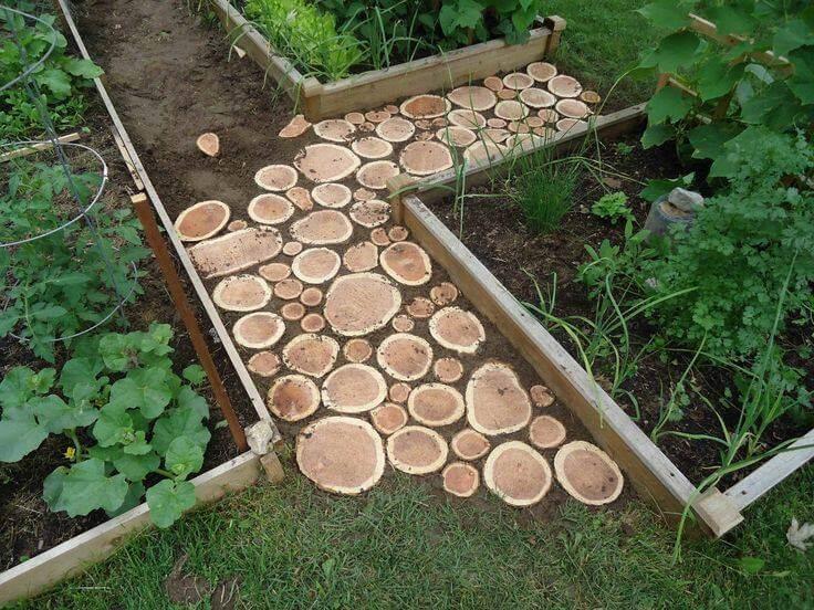 Дачная дорожка из деревянных спилов
