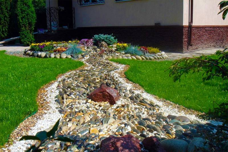 Выбор и укладка камней для сухого ручья
